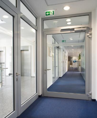 противопожарные двери в коридоре