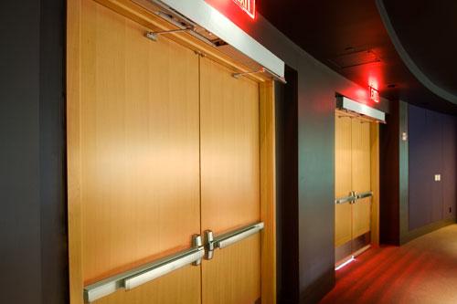 """деревянные противопожарные двери с системой """"антипаника"""""""